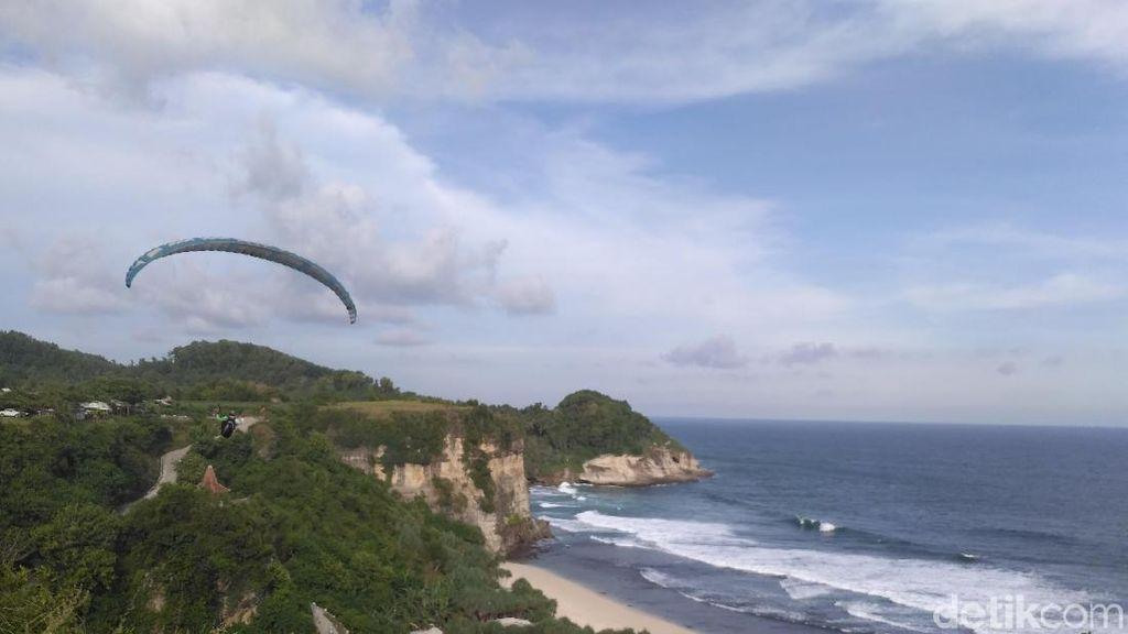 Coba Sensasi Paralayang di Atas Pantai Pacitan, Siapa Berani?