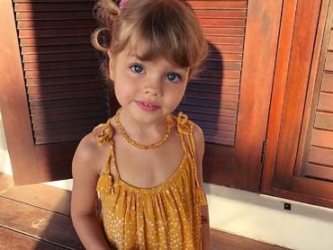 Pakai kalung dan mini dress, si kecil jadi makin manis. (Foto: Instagram/arishalebedeva2014)