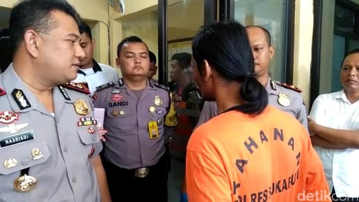 Kapolres Sukabumi AKBP Nasriadi saat berbincang dengan dukun cabul, Arifin Rismawan. (Foto: Syahdan Alamsyah/detikcom).