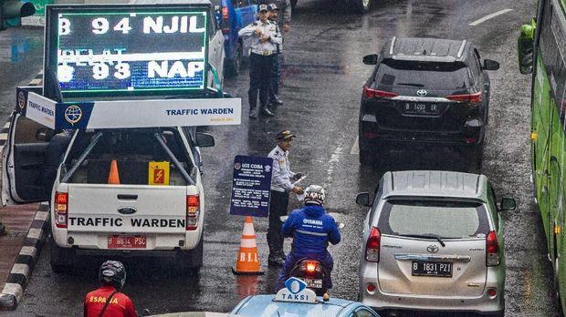 Sosialisasi ganjil genap di Bundaran Hotel Indonesia, Jakarta, Senin (23/4).