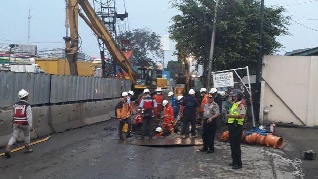 Petugas menangani pipa bocor di Cakung