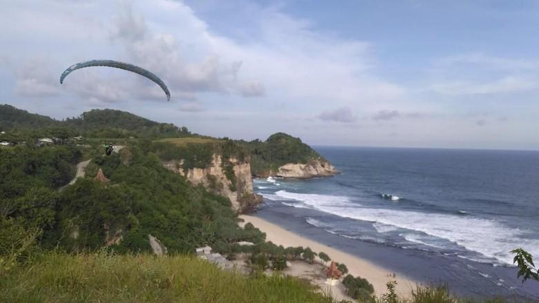 Foto: Paralayang di Pantai Buyutan, Pacitan (Purwo S/detikTravel)