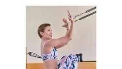 Kate Hudson merupakan salah satu selebriti Hollywood yang gemar olahraga. Lihat betapa lentur tubuhnya saat melakukan gerakan-gerakan yoga berikut ini.