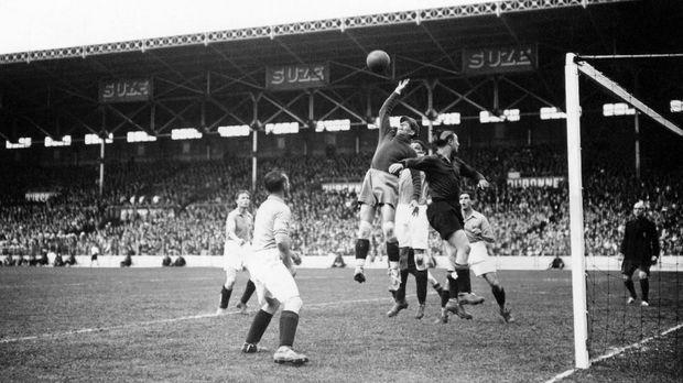 Ilustrasi Piala Dunia 1938. Piala Dunia kali pertama digelar pada 1930 di Montevido, Uruguay. (