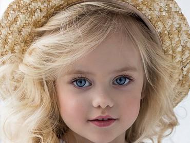 Sama-sama mata biru dan pakai topi, duh, bikin seneng deh lihatnya. (Foto: Instagram/viola_dima_official via annavolk_photography_)