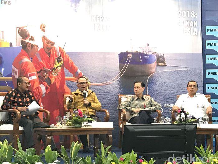 Foto: Menaker Hanif Dakhiri (dua dari kanan) bicara soal Perpres Tenaga Kerja Asing. (Dwi Andayani-detikcom)