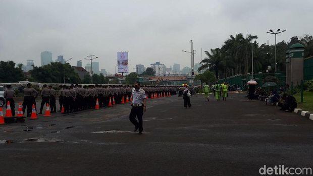 Polisi Mulai Baris di Depan Gedung DPR Amankan Demo Ojol