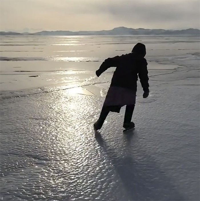 Olahraga ice skating cukup populer di negara yang memiliki empat musim. Di Indonesia, olahraga ini juga mulai populer walaupun hanya di kota-kota besar saja. Foto: Boris Slepnyov/Kopeyka