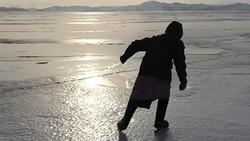 Ice skating cocok dimainkan oleh anak-anak dan orang dewasa. Tak terkecuali untuk nenek 76 tahun, Lyubov Morekhodova. Ia masih sangat lincah main skating lho.