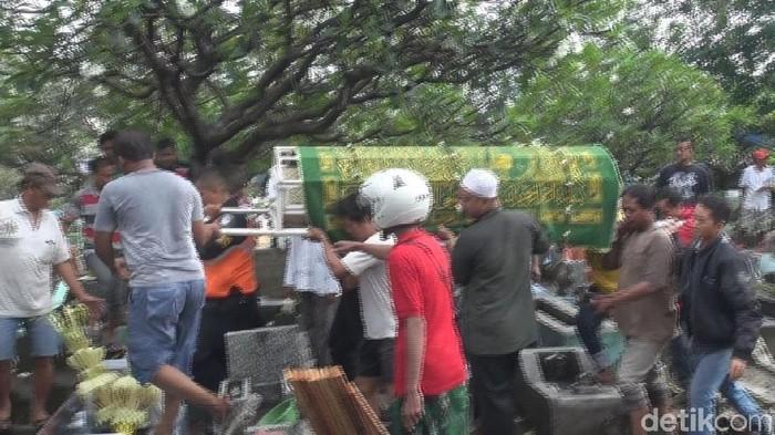 Dua Korban Miras Oplosan di Surabaya dimakamkan/Foto: Hilda Meilisa Rinanda