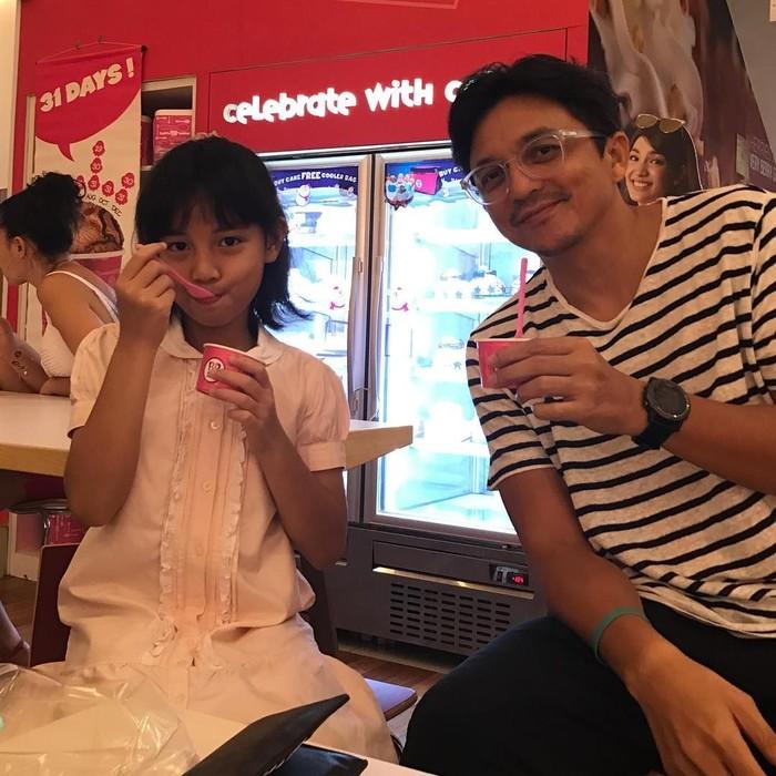 Duh, so sweet! Biasanya, ayah cenderung minum kopi saat anak perempuannya makan es krim. Tapi Engku Emran berbeda, ia terlihat menemani sang anak, Engku Aleesya, makan es krim sambil melahap secangkir es krim. Foto: Instagram @iamkumbre