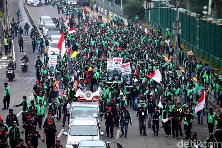 Aksi Demo Ojol di Depan DPR. Foto: Lamhot Aritonang