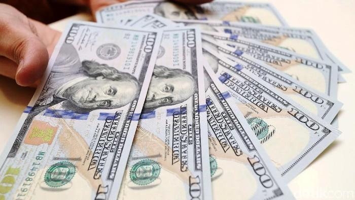 Petugas Bank Mandiri menunjukan uang Dollar Amerika (USD) di kantor Cabang  Bank Mandiri, Jakarta, Senin (23/4/2018).