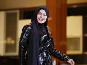 Gaya Sarita Abdul Mukti Tanpa Hijab Saat Trekking, Jadi Kontroversi