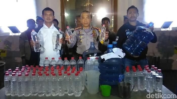 Polisi merilis miras oplosan yang telah menewaskan warga (Foto: Deny Prastyo Utomo)