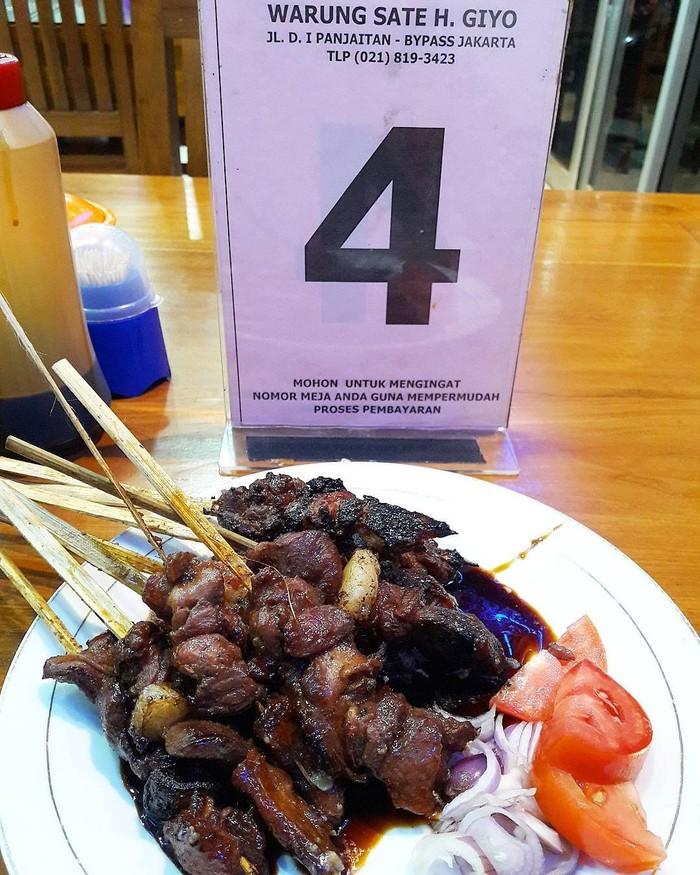 milasyifa punya sate Tegal favorit yaitu buatan H. Giyo. Potongan dagingnya nampak empuk dengan baluran kecap manis. Ada juga pelengkap irisan tomat dan bawang merah segar. Foto: Instagram milasyifa
