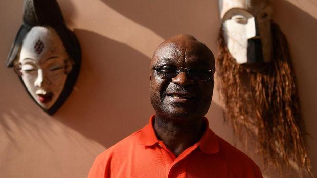 Roger Milla membuat nama Kamerun dikenal dunia.