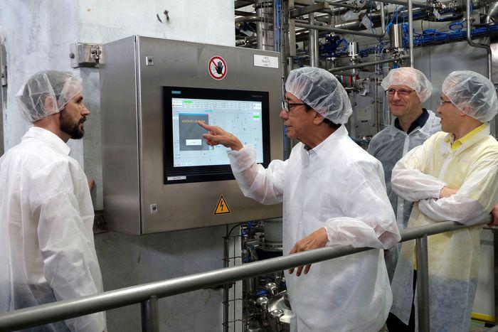 Direktur Sido Muncul Irwan Hidayat melakukan trial perdana produksi Tolak Angin Cair di Ruang Mixing, Pabrik Cairan Obat Dalam II.