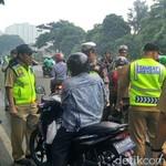Kocak, Bukan Kasih Surat-surat, Pemotor Ini Kasih Jamu ke Polisi