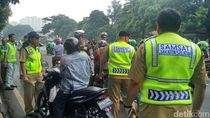 Petugas Razia SIM dan STNK Mati Pengendara di Kalibata