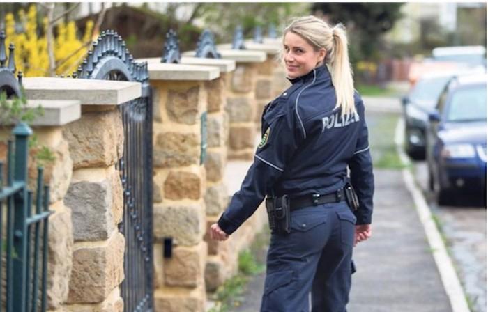 Adrienne disebut-sebut sebagai salah satu polisi perempuan terseksi di dunia. Di Instagram dirinya memiliki lebih dari 500 ribu pengikut. (Foto: Instagram/adrienne_koleszar)