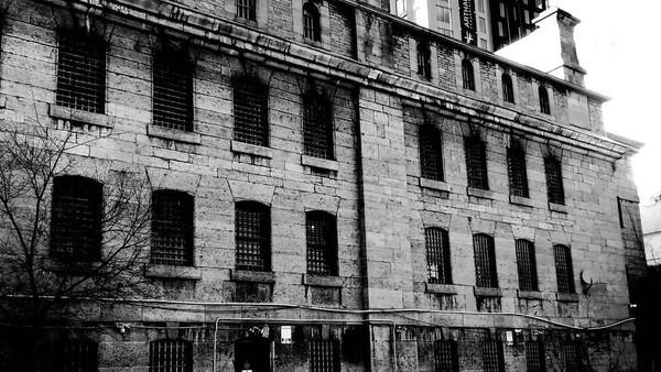 Selain kejam, konon bangunan ini juga dihantui oleh roh narapidana yang dikubur diam-diam di dalam gedung. Kisah paling terkenal yaitu eksekusi gantung Patrick J Whelan. (maksumentary/Instagram)