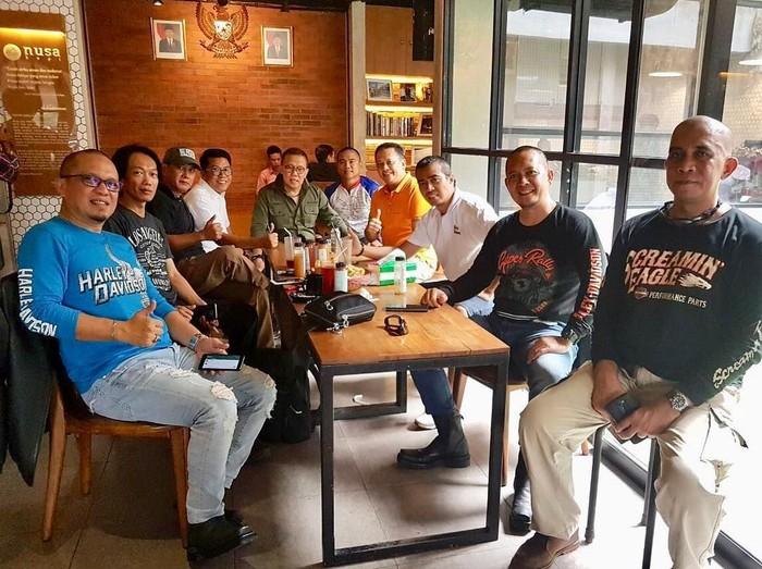 Bersama komunitas McLaren, Lamborgini, Ferrari dan Harley Davidson Indonesia, Bambang menikmati makan bersama di sebuah restoran. Wah, kompak banget ya! Foto: Instagram bambang.soesatyo