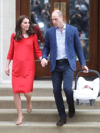 Pangeran William dan Kate Middleton bersama Bayi Mereka yang Baru Lahir. Foto: dok. Getty Images