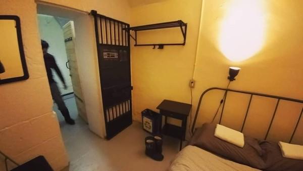 Traveler yang tertarik untuk menginap di ruang sel yang fenomenal ini bisa merogoh kocek sebesar Rp 900 ribuan per malamnya. Kamu tertarik? (maus817/Instagram)
