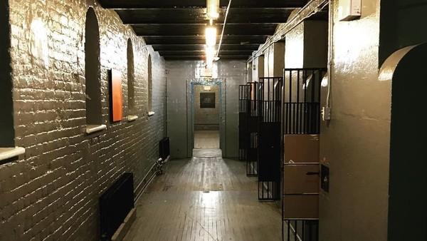 Ottawa Jail Hostel adalah bangunan bekas penjara di Ottawa. Dulunya bangunan ini bernama Carleton County Gaol dan menjadi rumah tahanan tahun 1862-1972. (phantomsofyore/Instagram)