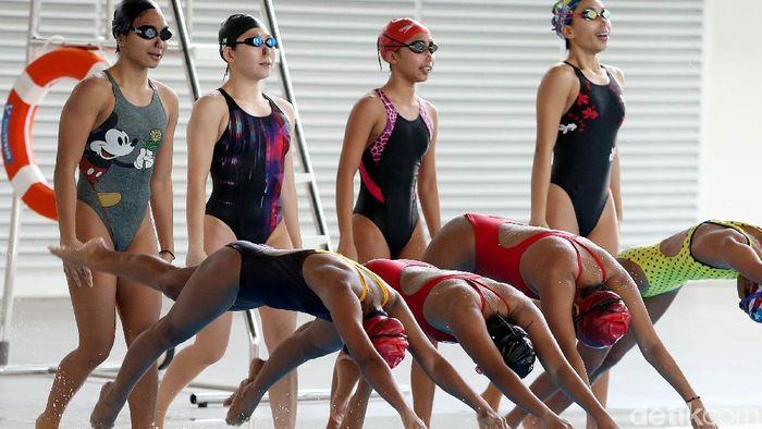Atlet renang indah Naima Syeeda paling kiri di barisan belakang juga jago gambar. (Rengga Sancaya/detikSport)