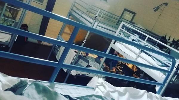 Pihak manejemen hotel mempertahankan ruang-ruang sel dan pintu sel sebagai kamar tidur. Bedanya, ruang sel dirombak jadi lebih besar dan direnovasi. Fasilitas berupa wifi pun diberikan bagi tamu yang ingin menginap di sini. (laura.burel1/Instagram)