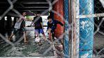 Keceriaan Anak-anak Main Futsal di Kolong Tol Priok