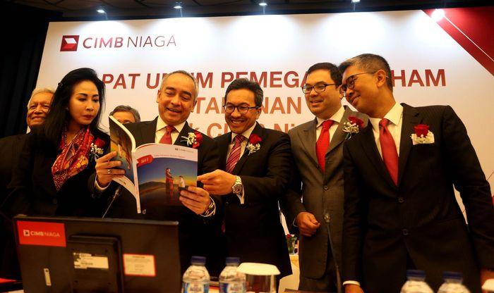 Presiden Komisaris CIMB Niaga Dato Sri Nazir Razak (keempat kiri) berbincang dengan Komisaris Tengku Dato Sri Zafrul Tengku Abdul Aziz (kanan), Presiden Direktur Tigor M. Siahaan (ketiga kanan), Direktur Compliance, Corporate Secretary, and Legal Fransiska Oei (kedua kiri), Direktur Strategy and Finance CIMB Niaga Wan Razly (kedua kanan) di sela Rapat Umum Pemegang Saham Tahunan (RUPST) CIMB Niaga di Jakarta, Selasa (24/4/2018).