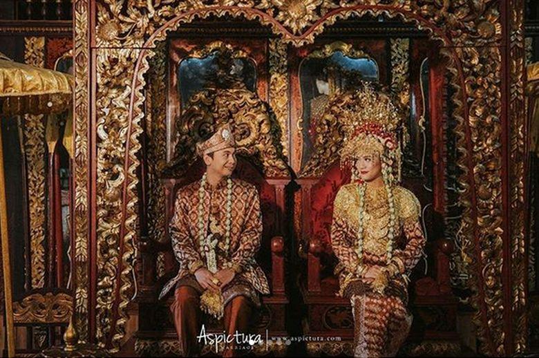 Raditya dan Anissa saat lakukan foto prewedding bersama. Radit dan Anissa mengenakan pakaian Adat Palembang dan Mandailing. Foto: Dok. Instagram/raditya_dika
