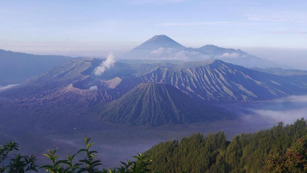 Rela Bangun Dini Hari Demi Sunrise Gunung Bromo