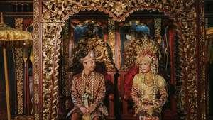 Intimnya Prosesi Lamaran Raditya Dika dan Annisa Aziza