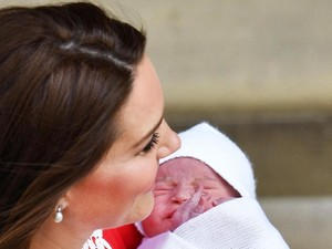 Makna Bahasa Tubuh Kate Middleton Saat Menggendong Anak-anaknya