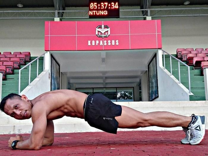 Sikap planking sempurna dari Mayor Eka. Pose ini bagus untuk membentuk perut sixpack. (Foto: Instagram/eka_wira_kingofsparko)