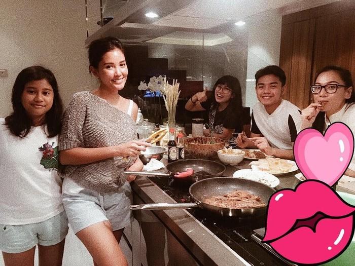 Di akun instagramnya @titirajobintang, ia terlihat asyik memasak bareng teman-temannya. Di depannya sudah lengkap alat masak dan makanan yang sedang diolah. Foto: instagram @titirajobintang