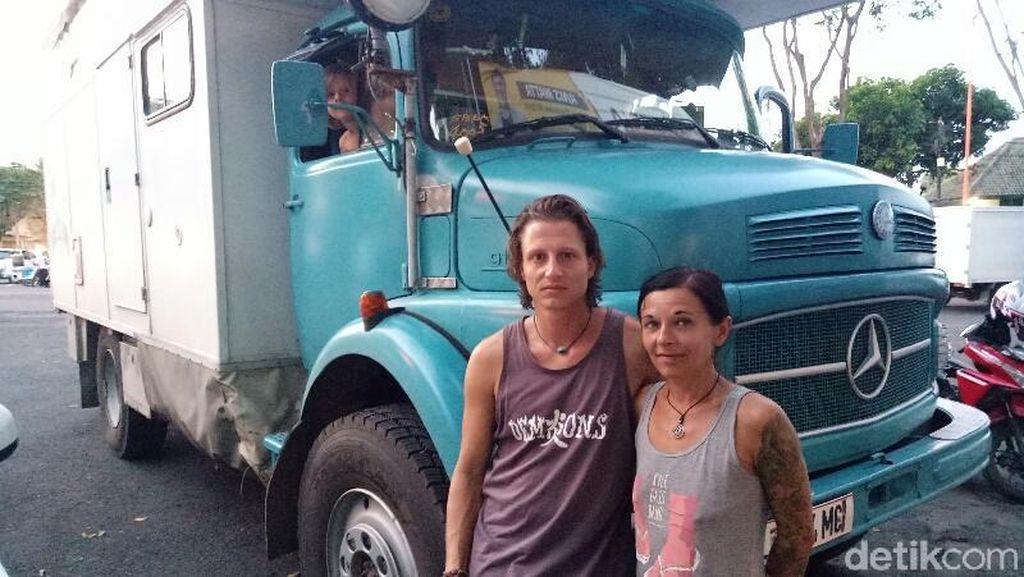 Truk Tua Rasa Rumah untuk Bule Austria Keliling Dunia