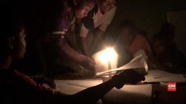 Siswa di Papua Barat belajar sebelum UN di bawah sinar lilin.