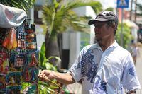 Mainan Lawas 'Tektek' Kembali Digandrungi di Surabaya