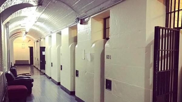 Semua sel hanya terdiri dari ruangan kosong tanpa toilet dan penghangat sama sekali. Semua narapidana perempuan dan laki-laki dicampur menjadi satu sel. (biankaleee/Instagram)