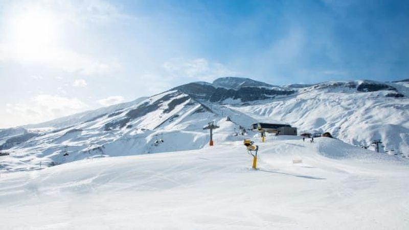 Azerbaijan adalah negara muslim dengan lanskap pegunungan. Azerbaijan punya 2 resor musim dingin untuk wisata ski di Pegunungan Kaukasus (CNN Travel)