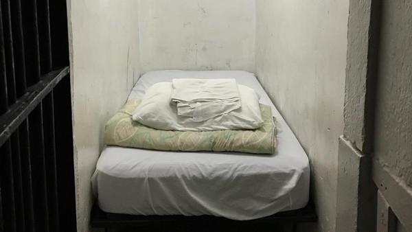 Walaupun punya masa lalu kelam dan cerita mistis, penginapan ini mengundang banyak perhatian karena desain kamar yang beda banget yaitu sel penjara. (tomokembery/Instagram)