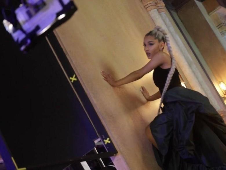 Model Kat Wilderness Panjat Tiang Panggung Demi Tiru Ariana Grande