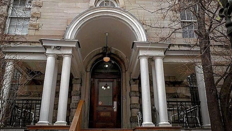 Hostelling International melihat sebuah bangunan kosong yang bernilai tinggi untuk hostel. Bangunan tersebut kemudian diberi nama Ottawa Jail Hostel. (chaosboop/Instagram)