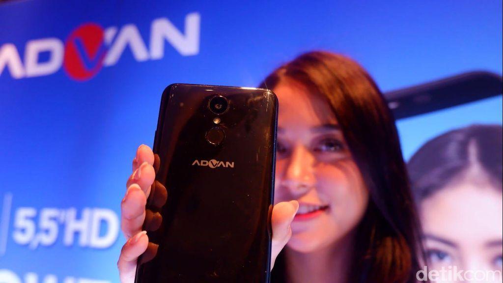 Ponsel ini hadir dengan bentangan 5,5 inch dengan resolusi HD dengan aspek rasio 18:9.Foto: Adi Fida Rahman/detikINET