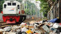 Sampah Menjulang Tinggi di Pinggir Rel Kereta Kramat Sentiong